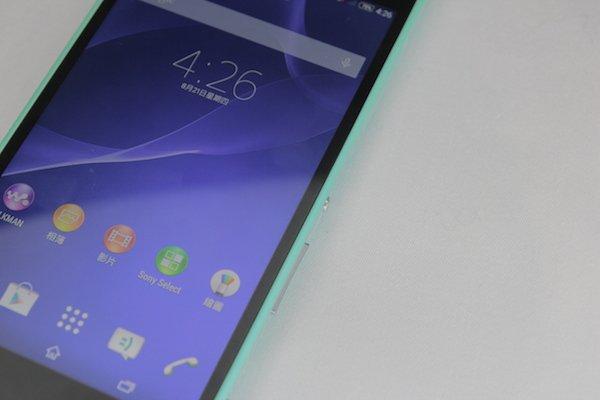 ▲雖然Xperia C3邊框感覺上不是很窄,但屏幕黑邊和手機外殼的顏色配搭起來,令人覺得是用了窄邊框設計。