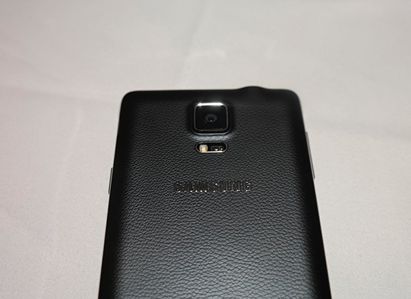 Note 4 機背仍沿襲 S5 的皮質設計,換言之,電池也可以更換。