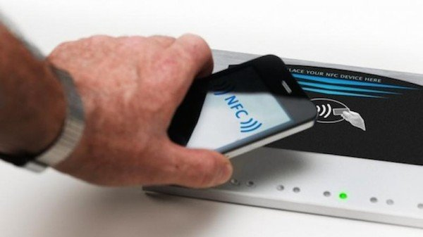 apple-retail-store-disney-nfc-pay-for-iphone-6_01