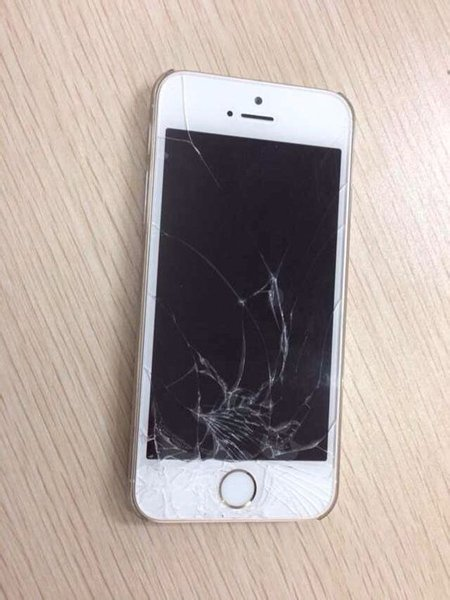 chit-kong-woman-broke-iphone-5s-after-his-boyfriend-refuse-to-buy-iphone-6_01