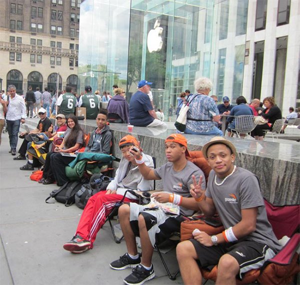iphone-6-queue-in-apple-retail-store-ny-5th-ave_01