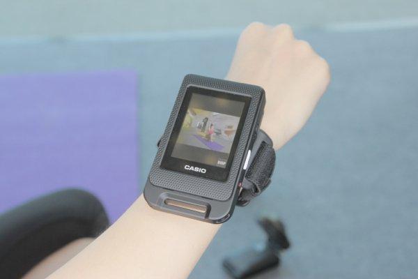 ▲可以用錶帶將屏幕穿在手上。