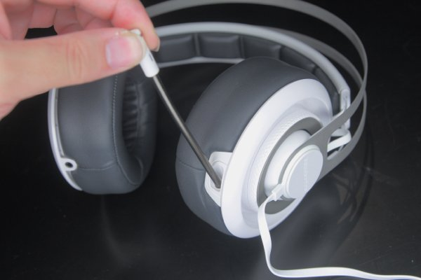 ▲使用收音咪時,可以左邊耳機拉出。