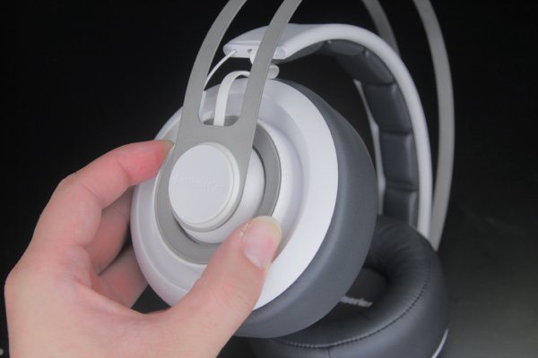 ▲右邊的耳機上的轉盤是調校音量大小。