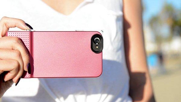 保護殼的設除了方便拍照之外,也避免鏡頭被手遮蓋。