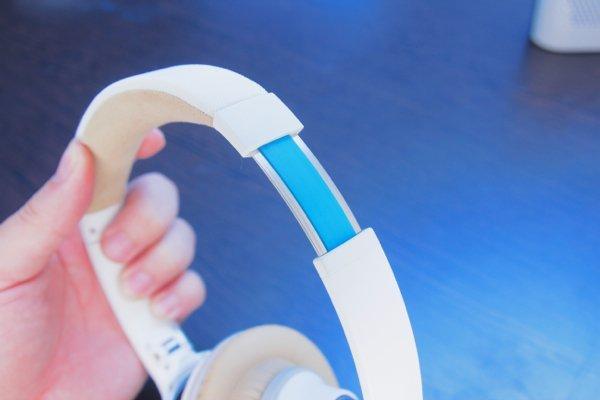 ▲耳機臂採用無段式調較。