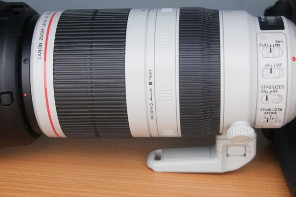 在變焦環和對焦環之間,加入鬆緊鎖環,以固定變焦鏡筒。