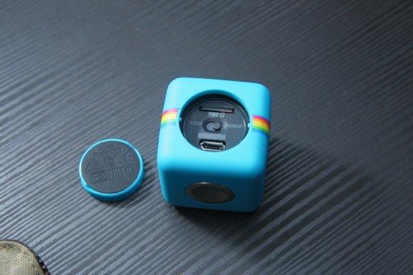▲打開機背蓋就可以插卡及轉換影片以1080p或720p拍攝,另有一個Micro-USB插口。