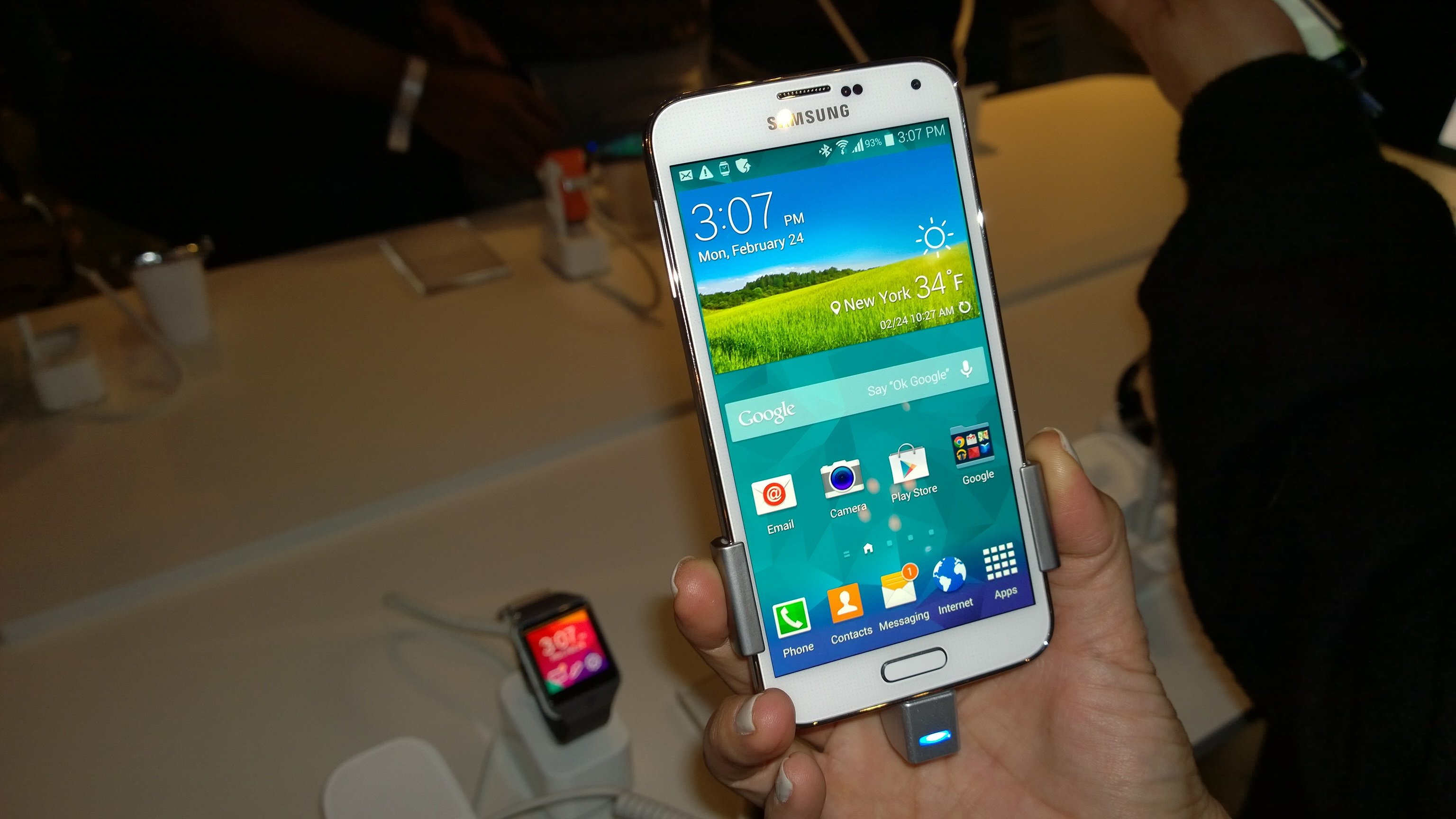 samsung-galaxy-s5-sales-drops-a-half-in-china_00