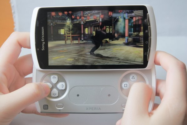 ▲早年的 Xperia Play 令手機可以玩第一代  PlayStation 遊戲。