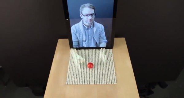 ▲屏幕加上 Pinscreen 令通話的對方雙手好像從屏幕伸出來。