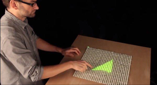▲配合上方互動投影器,可以用來畫「3D影像」。