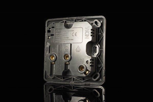 ▲插座背沒因 USB 供電而變得巨大。
