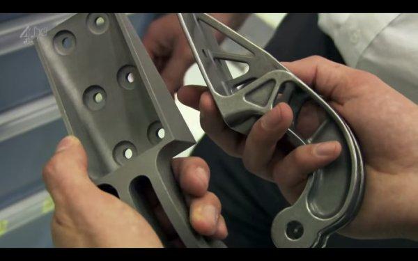 ▲左邊是傳統的起落架零件,右邊是用 3D 打印製成的新零件,功能完全一樣,但新零件就比舊的輕幾磅。