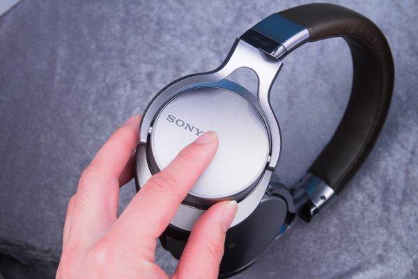 ▲右耳機面是觸控面板。