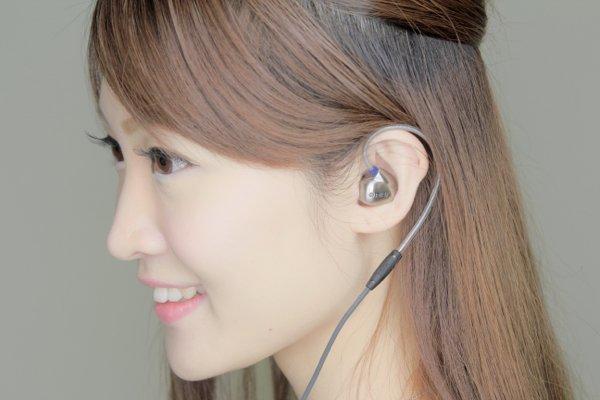 ▲耳機採用掛耳式設計。