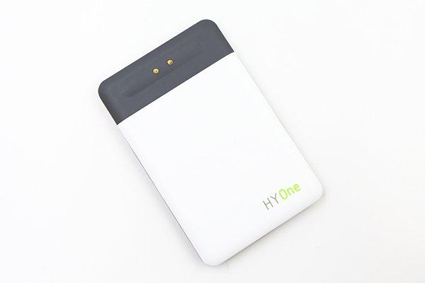 磁疊式迷你充電器附有專用的充電板。