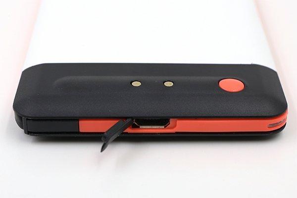 每塊充電池上除了擁有專用充電接點外,亦另備 Micro USB 埠供獨立充電之用。