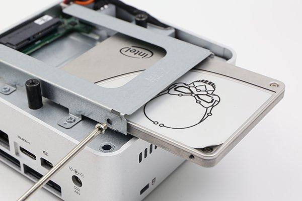 ▲ 取走底蓋後便會看到可安裝標準 2.5 吋 SATA 硬碟的位置。