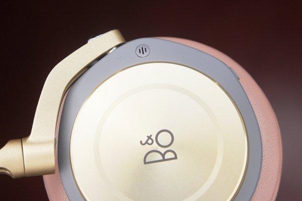 ▲左右耳機上都有一個收音咪,用以接聽電話及進行降噪之用。