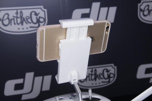▲為了方便夾手機,裝置夾也做了一個小機關,令 iPhone 能穩固在遙控上。