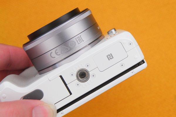 ▲NFC 晶片在機底,如果要上腳架的自拍,就得先用NFC連線先。