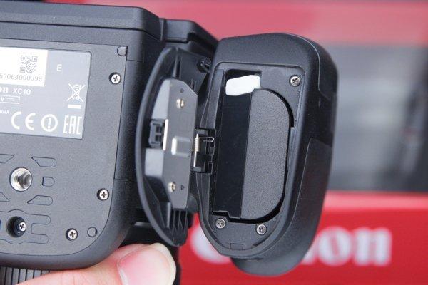 ▲使用類單反設計,故不似普遍的 DV 機可以用大容量電池。