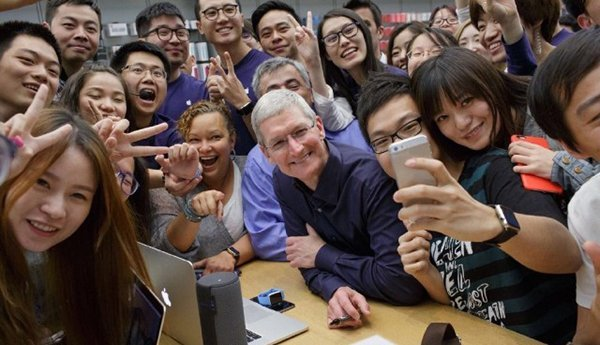 tim-cook-focus-on-china-gold-iphone_00