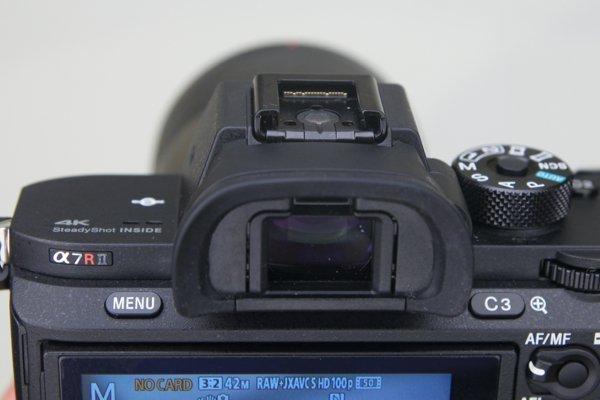 ▲XGA OLED Tru-Finder 觀景器結合雙面非球面鏡片,觀景器放大率3達0.78倍。閃光燈就一如既往是要外置的。