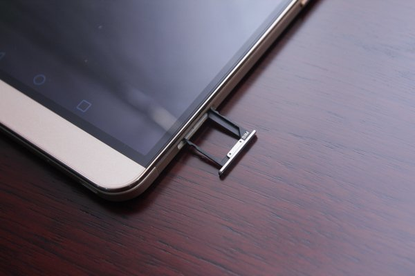 ▲有雙卡雙待功能,右機側下方是Micro-SIM槽。