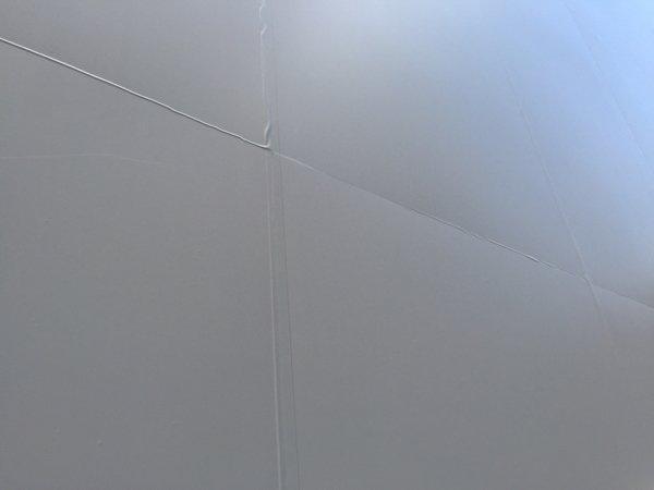 ▲用了不同顏色的玻璃貼營造出「立體波浪」。