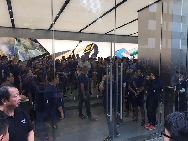 apple-store-canton-road-opens-0900_00
