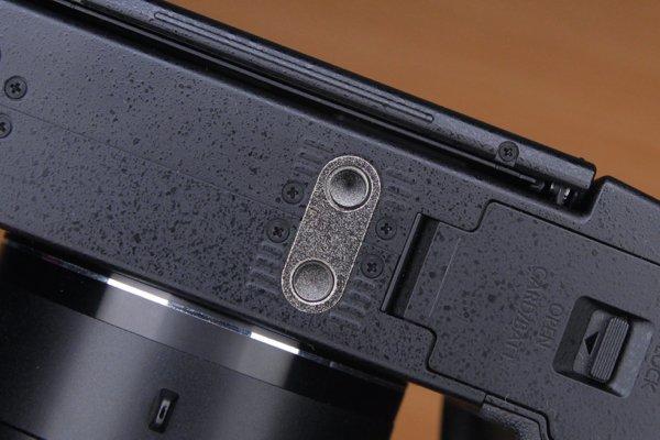 ▲一般的攝錄用的器材在機底都有兩個孔,一個是螺絲孔,另一個是固定器材孔。