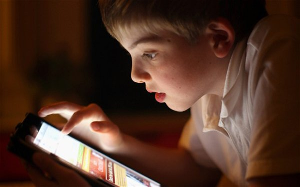 ipad-addict-kid-are-forced-to-watch-tv_01
