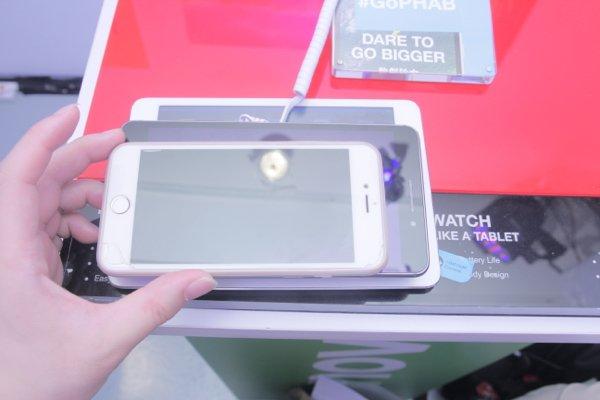 ▲面的是iPhone 、底是 iPad,而中間的是Lenovo PHAB Plus ,可以看到 PHAB Plus 有多大