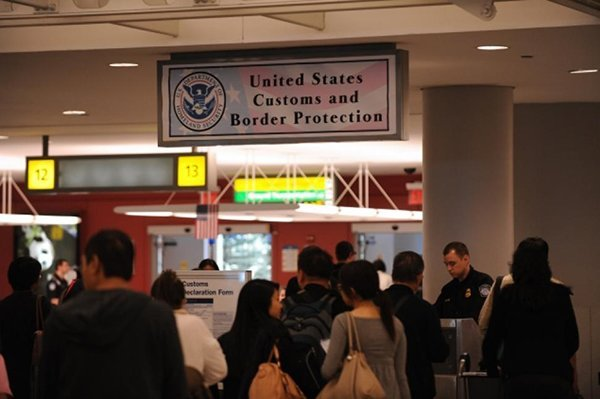 a-immigration-rejected-tourist-wants-to-buy-iphone-6s-in-usa_03