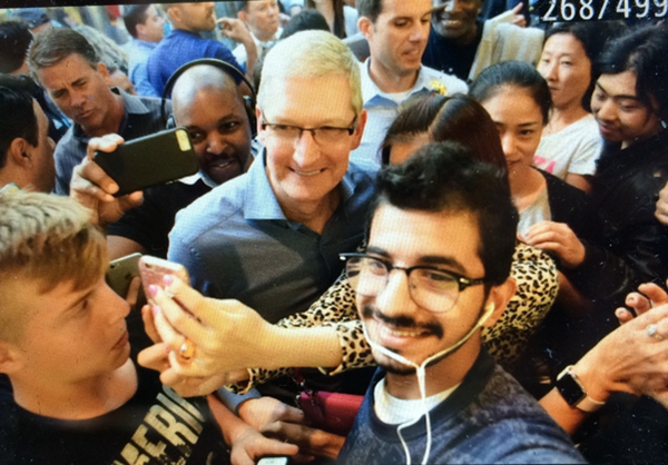 tim-cook-in-fifth-ave-apple-store_00