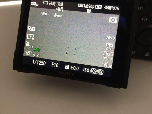 ▲用 ISO 4096000 拍攝,相片變成油畫般,但降至 12800 仍是雜訊可接受範圍