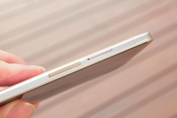 ▲ ZTE Axon Elite 是雙 SIM 手機,其中一個SIM 卡槽和 Micro-SD 卡槽是共用