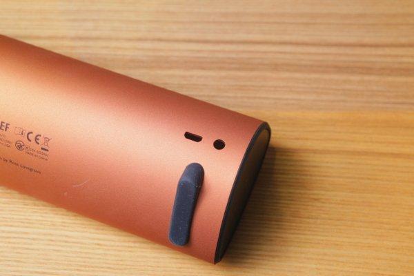 ▲ 使用 Mirco-USB 充電,充電一次就能使用約12小時