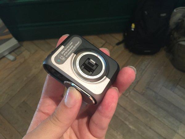 ▲推蓋除了可以開鏡頭外,把它趟到最底就可以開啟 Lightning 插頭