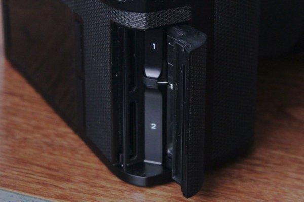 ▲有雙卡槽可以JPEG+DNG(即RAW)儲存