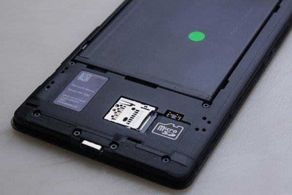 ▲950XL 是單SIM手機,設有Micro-SD卡槽