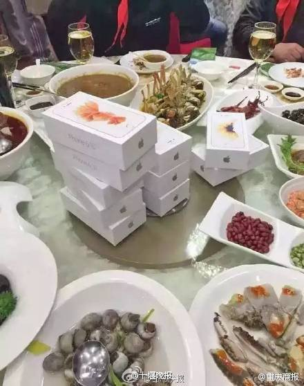 some-chinese-wealthy-give-iphone-6s-to-classmates_01