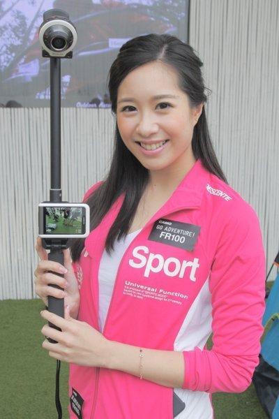 ▲為了方便用家自拍,Casio 更推出專用自拍棍