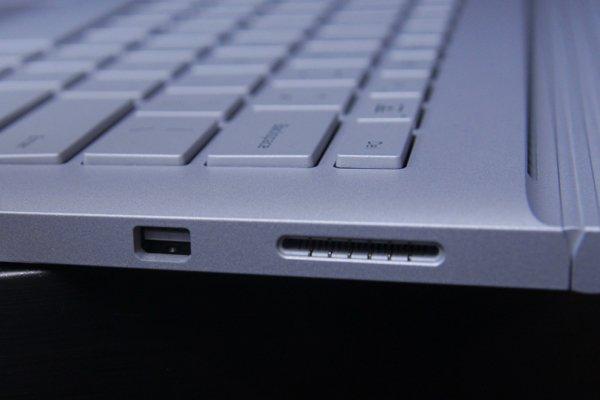 ▲右邊是 Mini Display Port 及充電插口