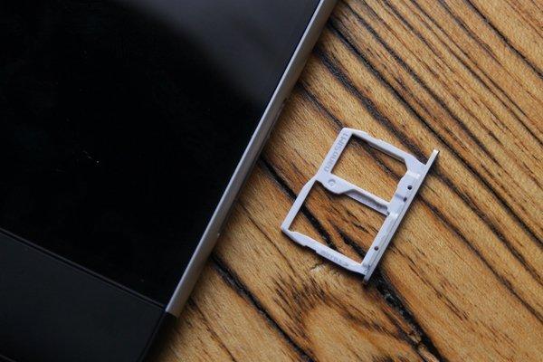 ▲雙卡設計,其中一個是SIM和Micro-SD 共用