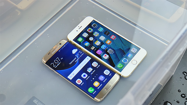 samsung-galaxy-s7-vs-iphone-6s-water-resistant-test_00