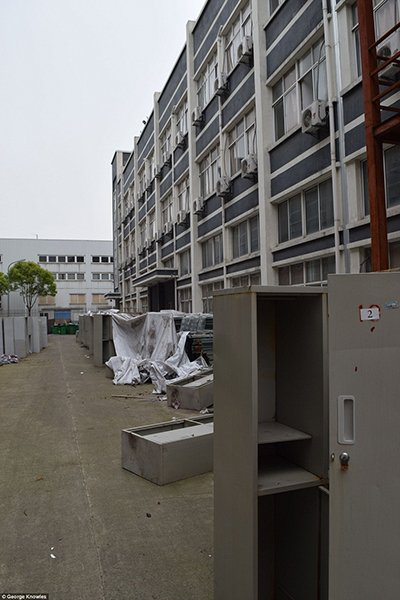 photos-for-apple-iphone-workers-deserted-dorms-daily-mail_17