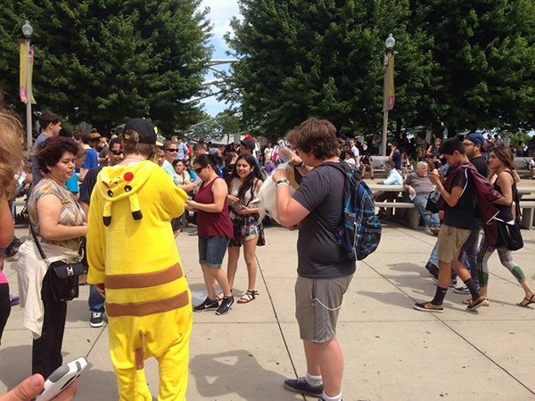 5000-pokemon-go-player-are-catching-pokemon-together-in-chicago_04
